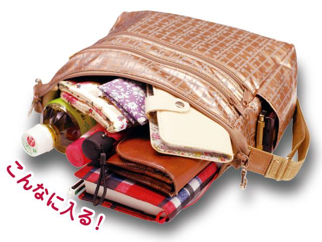 ポシェットにはペットボトルや財布、手帳、文庫本、折り畳み傘など意外と多くのものが入り、サイドポケットには携帯やスマホを入れることができる。