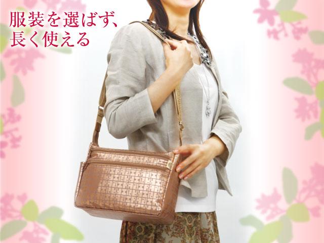 ヤマト屋バッグを肩に掛けた写真。大きすぎず小さすぎず、服装を選ばないのでいろいろなシチュエーションで長く使える。
