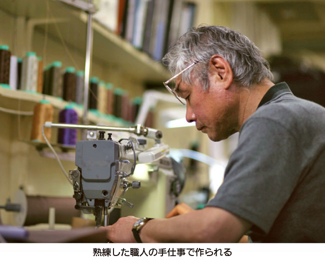 ヤマト屋のバッグは熟練した職人の手作業で作られる。